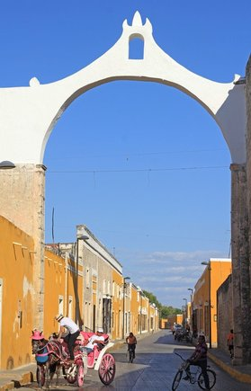 Yellow city of Izamal Yucatan Mexico, amazing colonial buildings all golden yellow, guide & tips for visiting this town